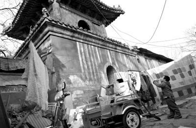 人民大学印刷厂占用明代古寺60年 古墙钉晾衣架