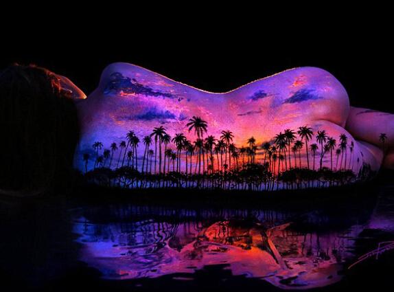 美艺术家裸模身上作画创惊人美景