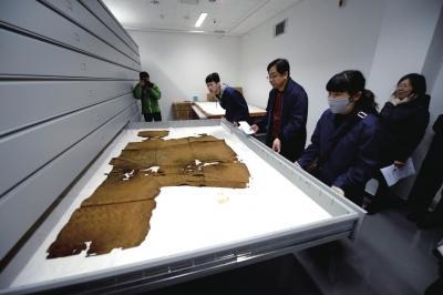 定陵3000件文物重返地下 万历龙袍已碳化碎裂