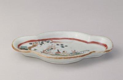 五彩人物纹海棠式盘