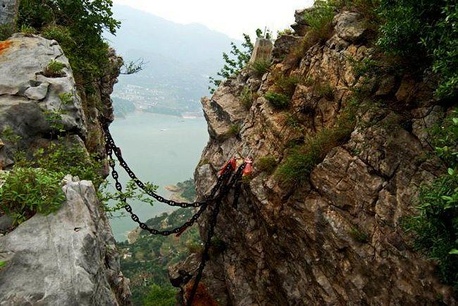 悬崖上的古村 靠铁链上下山-图片版权归原作者所有
