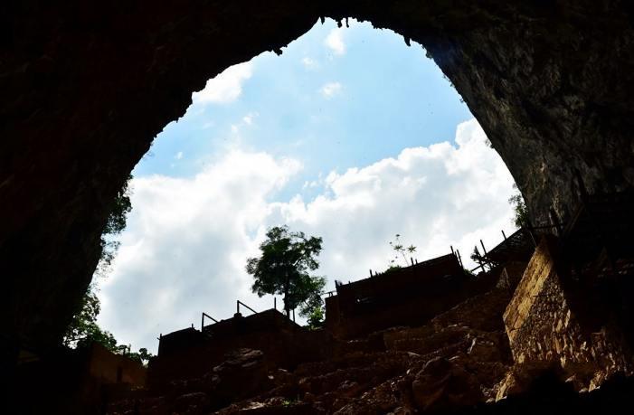 云南修葺保护废弃的人类大型穴居村落峰岩洞