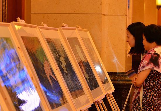 艺术家李辉工笔泼彩国画作品亮相重庆