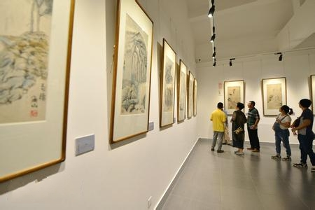 李尔山家庭书画展在云冈美术馆开展