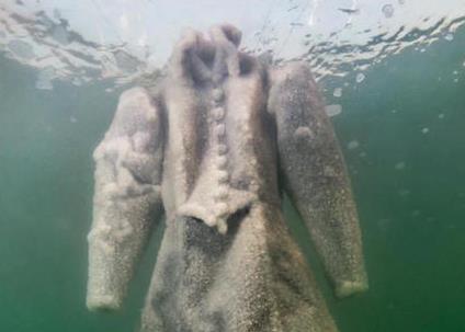艺术家将一件黑色长袍扔进死海 2年后惊呆了