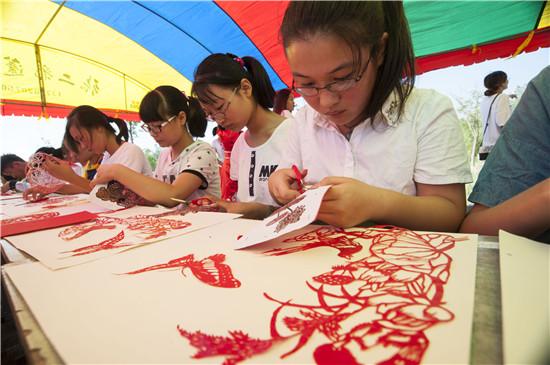 江苏南通初中生学剪纸继承传统文化