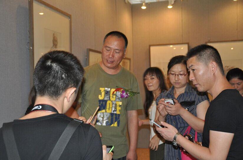 艺术家王根生作品应邀参展19届艺博会引来众多关注