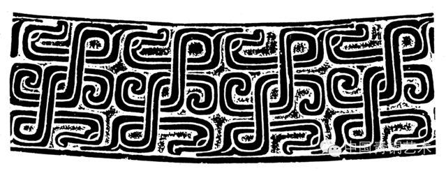 恩格斯曾写到:手不仅是劳动的器官,它还是劳动的产物。只是由于劳动,由于日新月异的动作相适应人的手才达到这样高度的完善。在这个基础上它才能仿佛凭着着魔似的产生了拉斐尔的绘画,托尔瓦德森的雕刻。李泽厚先生也在《中国美学史》中提到:社会实践是认识某一历史时代的审美意识和美学理论的最终依据。可以看出,物质文化遗存上凝定的美与人类实践能力的不断发展有密切的关系。换句话说,审美意识是随着人类社会实践的发展而不断发展并日趋成型的。   在中国浩瀚的历史遗存中,一路追溯到中华文明的源头,先秦所开启的社