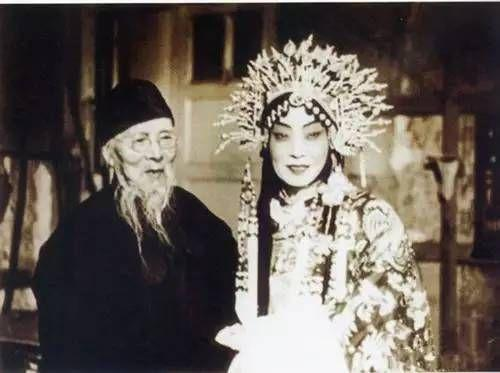不是所有画家都会唱京剧 而他是京剧大师里最会画画的画家