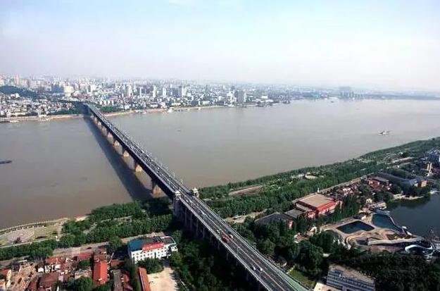 国家保护文物单位武汉长江大桥上布满随手涂鸦
