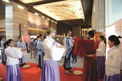 大报恩寺办古代成人礼 留学生穿汉服体验