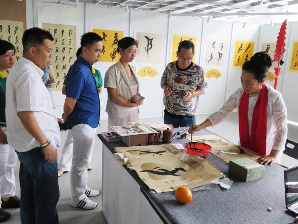 中国文字变化万端令外国观众惊叹