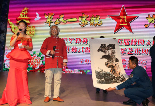画家王贵烨向空军某学院艺术节赠送作品