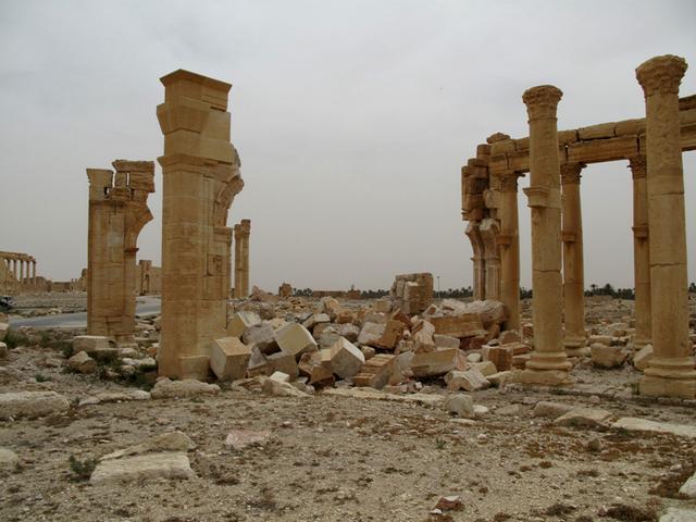 被炸毁后的帕尔米拉古城纪念拱门-图片版权归原作者所有