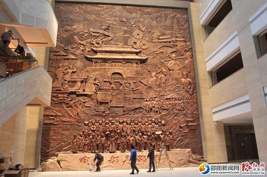 博物馆一楼大厅,大气磅礴的仿铜雕塑作品——《我们都是邵阳人》。-图片版权归原作者所有