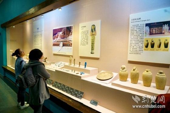 参观者驻足欣赏饰物文物-图片版权归原作者所有