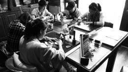 学生们在专心学习制作皮雕-图片版权归原作者所有