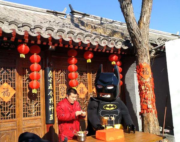 蝙蝠侠在93号院利来国际娱乐体验老北京技艺——吹糖人儿-图片版权归原作者所有