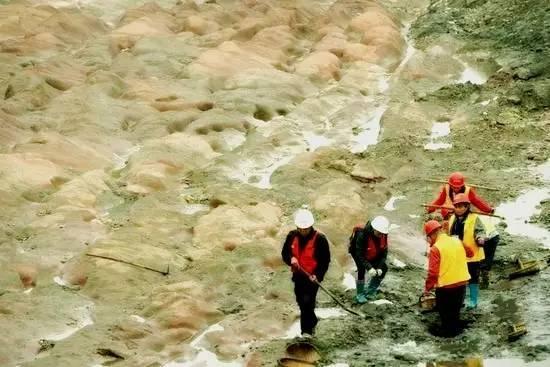 考古人员清理出的红砂岩岷江古河床-图片版权归原作者所有