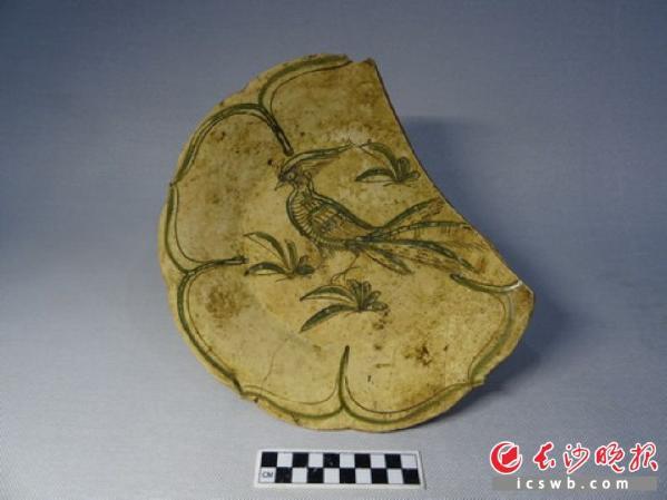 石渚新近出土的褐绿彩绘凤鸟纹盘。省考古所供图-图片版权归原作者所有