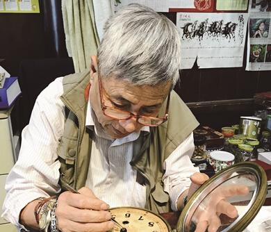 """南京""""表爷""""把古董船钟捐给利来国际娱乐"""