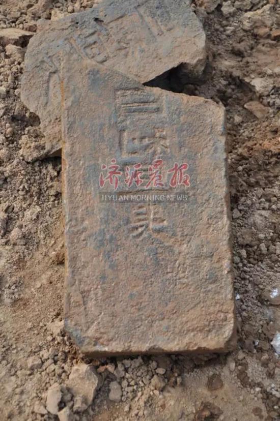 发掘过程中,市文物工作队共发现汉代砖室墓葬20余座,明清时期排水设施