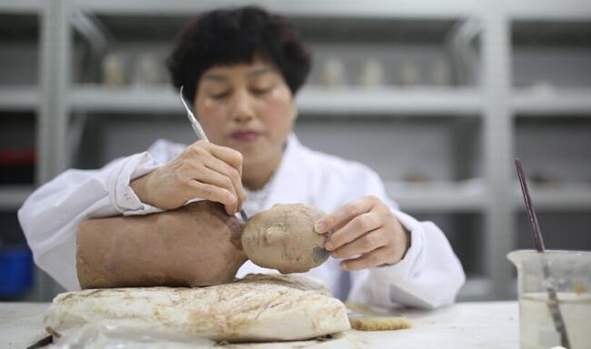 在汉景帝阳陵里修陶俑 文物太多人太少修不过来