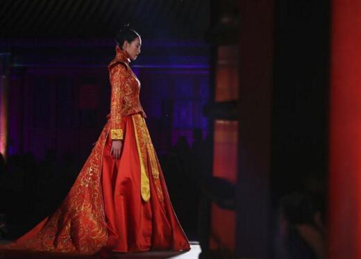 北京恭王府上演非遗服饰秀