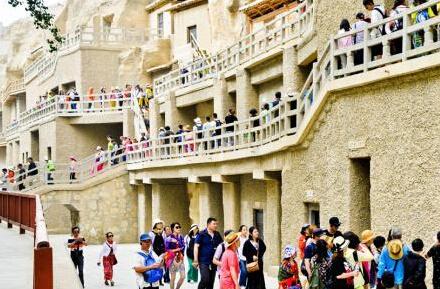 游客爆满莫高窟不堪重负 敦煌研究院呼吁错峰参观