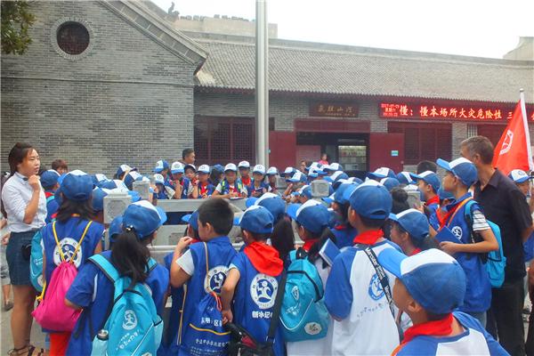 图为新华小记者参观八路军驻洛阳办事处古水井-图片版权归原作者所有