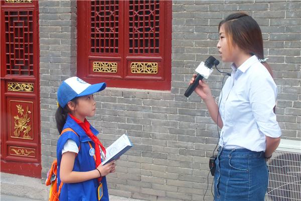 图为新华小记者体验采访纪念馆老师-图片版权归原作者所有