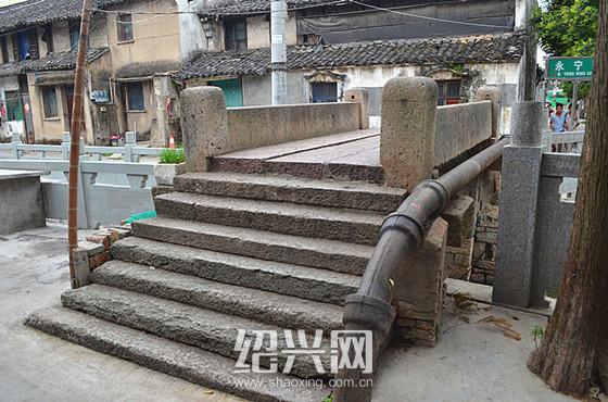 [绍兴]越镇有座古桥上 镌刻着保持河道清洁的警示
