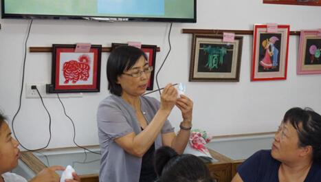 张秀云女士讲解彩绘方法-图片版权归原作者所有