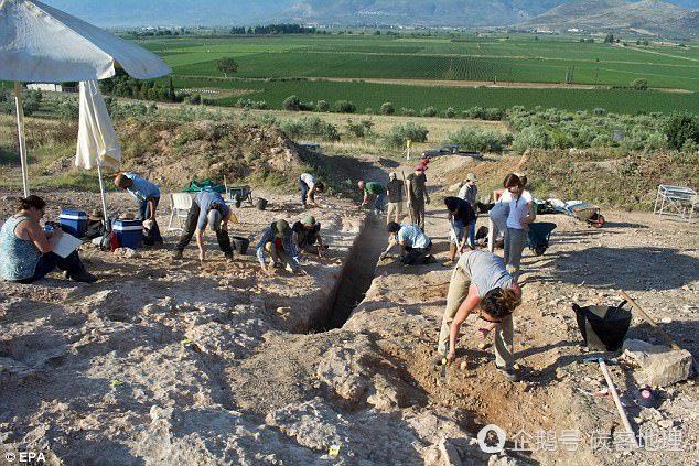 希腊发现古代男子墓葬 含大量珠宝首饰