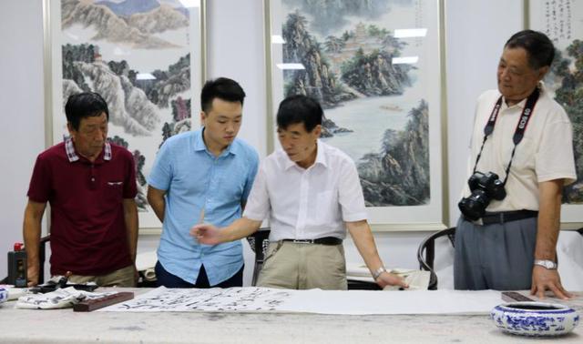 陕西毛泽东书法研究会会长毛民海正在创作书法作品-图片版权归原作者所有