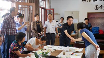 北京市工商局局长与张蕾女士握手-图片版权归原作者所有