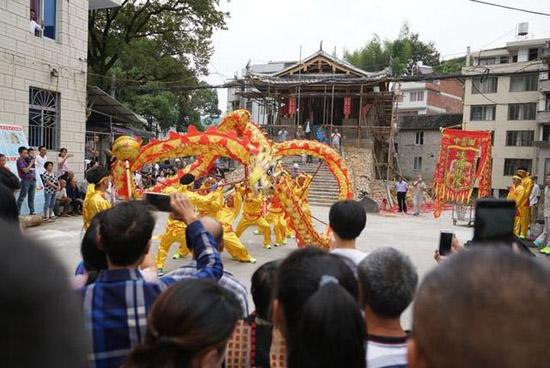 中秋佳节,泰顺村民舞龙舞狮庆祝廊桥灾后修复主体工程完工。-图片版权归原作者所有