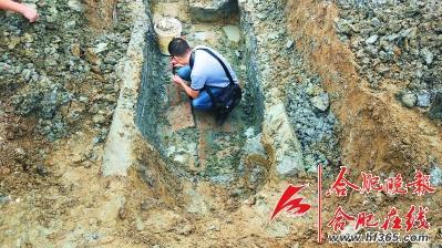 图为考古人员在清理现场-图片版权归原作者所有
