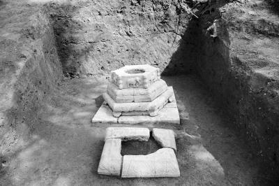 黄家圩山坡发现的明代石塔。市文广新局供图-图片版权归原作者所有