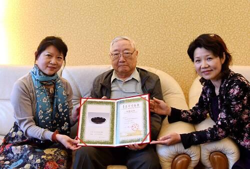 青岛收藏世家连续九年向博物馆捐藏品25件