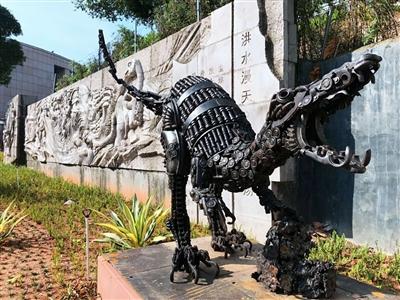 龟峰公园内的钢铁恐龙创意雕塑深受市民喜爱
