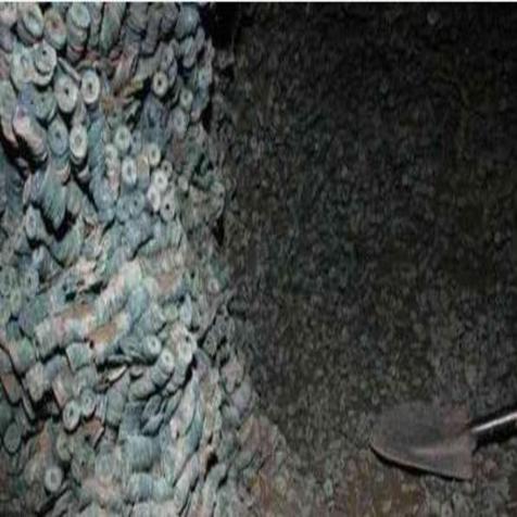 """男子意外发现大量古钱币 专家称其为""""地下银行"""""""