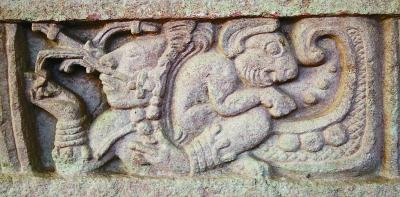 科潘遗址发现的石榻上刻有怀抱兔子的月亮神。图片由作者提供-图片版权归原作者所有