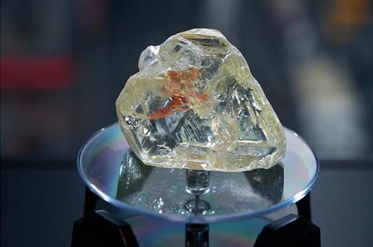 """塞拉利昂 709 克拉超级钻石""""和平之钻""""竞得 650 万美元"""