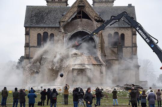德国拆除古老教堂为煤矿开采让路引发广泛争议