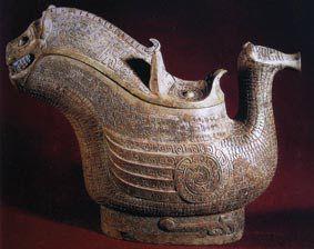 精美的青铜鸟兽形觥