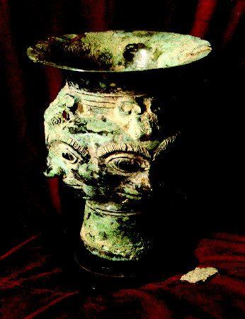 人面纹青铜酒尊