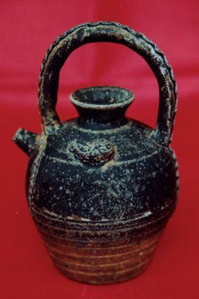 唐代黑釉硬提梁酒壶