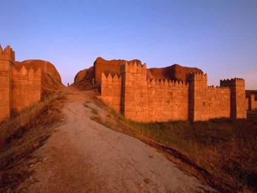 伊拉克古城倾盆大雨后出土75件历史文物