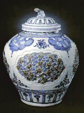 青花釉里红镂雕盖罐